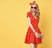 Mode-blondes Mädchen in der roten Polka Dots Dress ausstattung Stockfotografie