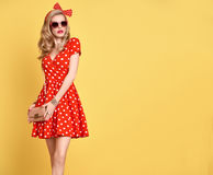 Mode-blondes Mädchen in der roten Polka Dots Dress ausstattung Stockfotos