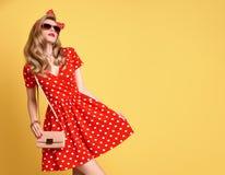 Mode-blondes Mädchen in der roten Polka Dots Dress ausstattung Stockbild