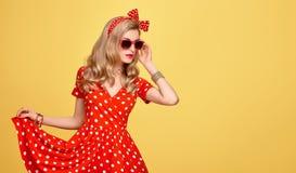 Mode-blondes Mädchen in der roten Polka Dots Dress ausstattung Stockfoto
