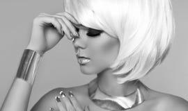 Mode-blondes Mädchen. Schönheits-Porträt-Frau. Make-up. Weißes kurzes H Lizenzfreies Stockfoto