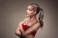 Mode blondes vorbildliches Portrait mit kreativem Make-up stockbild