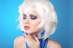 Mode Bob Blond Girl Vitt kort hår Skönhetmakeupstående royaltyfria foton
