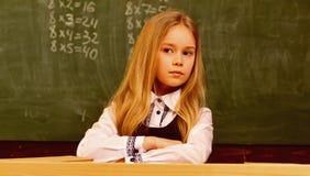 Mode d'école mode pour deux filles d'école uniforme de mode d'école mode d'école pour le joli enfant moderne photographie stock