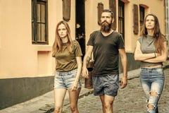 Mode d'été, style Promenade d'amis sur la rue de ville, vacances Photos libres de droits