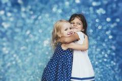 Mode d'enfant de deux petites filles sur un fond avec les points culminants c Images stock