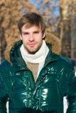 Mode d'hiver de hippie Préparé aux changements de temps Vêtements d'homme élégants d'hiver Équipement d'hiver Usage non rasé d'ho photo libre de droits