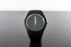 Mode d'isolement minimale de lumière blanche de noir de chronomètre de montre-bracelet Photographie stock