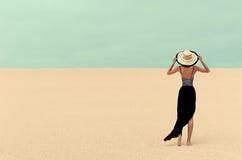 Mode-Dame in der Wüste im Urlaub lizenzfreie stockbilder