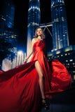 Mode-Dame In Red Dress und Stadt-Leuchten lizenzfreie stockfotos
