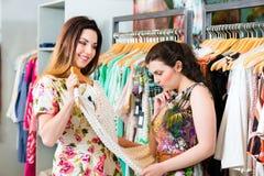 Mode de achat de jeunes femmes dans le magasin Photos libres de droits