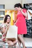 Mode de achat de jeunes femmes dans le magasin Images libres de droits
