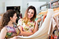 Mode de achat de jeunes femmes dans le magasin Photographie stock