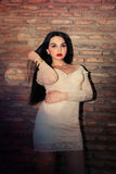 Mode de femme élégante posant dehors Photos libres de droits