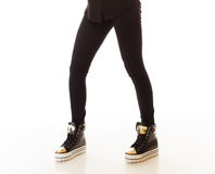 Mode de l'adolescence Jambes femelles dans des espadrilles Photo stock