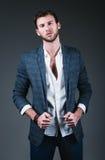Mode de studio tirée : portrait des jeans de port, de la chemise et de la veste de jeune homme beau images libres de droits