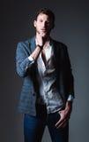 Mode de studio tirée : portrait des jeans de port, de la chemise et de la veste de jeune homme beau photos libres de droits