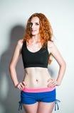 Mode de studio tirée : shorts de port et chemise de femme séduisante de gingembre Photos libres de droits