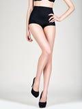 Mode de talon haut de jambes de femme belle Images stock