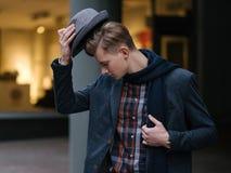 Mode de vie à la mode de fashionist élégant de jeune homme photos stock