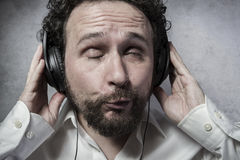 Mode de vie, écoutant et appréciant la musique avec des écouteurs, homme dedans Images libres de droits