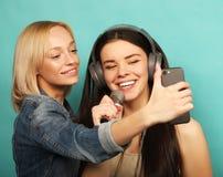 Mode de vie, émotion et concept de personnes : Filles heureuses avec le microp Photos stock