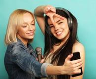 Mode de vie, émotion et concept de personnes : Filles heureuses avec le microp Photo libre de droits