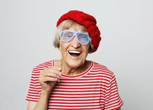 Mode de vie, émotion et concept de personnes : grand-mère drôle avec de faux verres, rires et prêt pour la partie photo libre de droits
