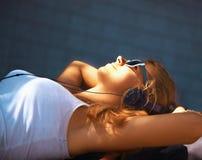 Mode de vie adolescent musique de écoute W de jeune fille attirante heureuse Photographie stock libre de droits