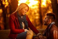Mode de vie, amie heureuse et ami en parc Photo libre de droits