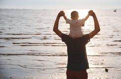 Mode de vie arrière de fils de papa et de bébé garçon de père se reposant sur des épaules photographie stock