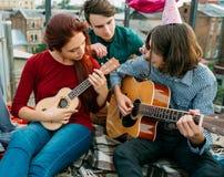 Mode de vie artistique musical d'ukulélé de guitare de duo photo libre de droits