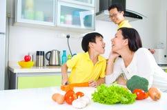 Mode de vie asiatique de cuisine de famille photo stock