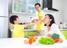 Mode de vie asiatique de cuisine de famille photo libre de droits