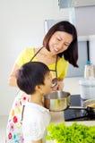 Mode de vie asiatique de cuisine de famille photos stock