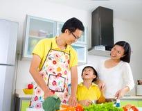 Mode de vie asiatique de cuisine de famille images stock