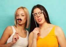 Mode de vie, beauté et concept de personnes : meilleur ami de filles de hippie Photo stock