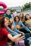 Mode de vie de bff de dépendance de part d'amis de partie de Selfie Images libres de droits