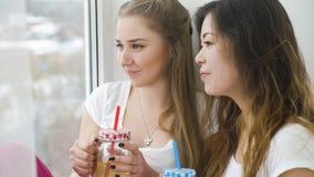 Mode de vie d'ado de communication de filles de loisirs d'amis Photographie stock libre de droits