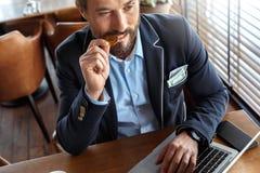 Mode de vie d'affaires Commerçant s'asseyant au café avec le plan rapproché songeur acéré de vue supérieure de pièce de monnaie d image stock