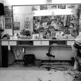 Mode de vie dans le coiffeur thaïlandais de vieux hommes, Hadyai, Songkhla, Thaïlande Photos libres de droits