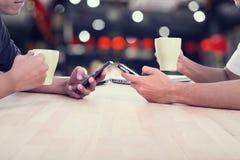 Mode de vie de café, les gens à l'aide du smartphone Photos libres de droits