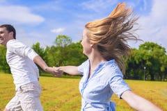 Mode de vie de la jeunesse : Couples caucasiens détendant dehors Homme Draggin Photo stock