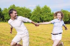 Mode de vie de la jeunesse : Couples caucasiens détendant dehors Homme Draggin Images stock