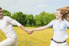 Mode de vie de la jeunesse : Couples caucasiens détendant dehors Homme Draggin Images libres de droits