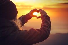 Mode de vie de voyage formé par symbole de coeur de mains de femme Photographie stock