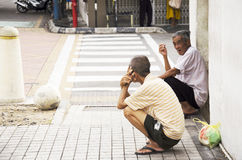 Mode de vie des personnes malaisiennes d'hommes plus âgés se sentant seules dans le mornin photographie stock