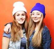 Mode de vie et concept de personnes : Deux amie se tenant ensemble Photo stock