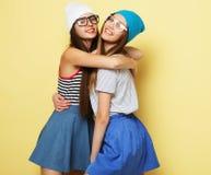 Mode de vie et concept de personnes : Deux amie se tenant ensemble Photos libres de droits