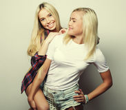 Mode de vie et concept de personnes : Deux jeune amie se tenant à Photo stock